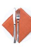 Sirviendo - bifurcación, cuchillo y servilleta en una placa, visión aislada, superior Imagenes de archivo