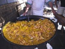 Sirviendo una cacerola enorme de paella en Burriana vare en Nerja Andalucía España Fotografía de archivo libre de regalías