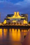 SIS Building In London At-Nacht stockbild
