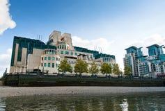 SIS ou MI6 sediam a construção na cruz de Vauxhall vista do Thames River É ficado situado em 85 Albert Embankment, Londres Fotografia de Stock Royalty Free