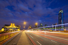 SIS And St George Wharf la nuit Image libre de droits