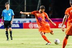 SISAKET ТАИЛАНД 13-ОЕ ИЮЛЯ: Виктор Amaro Sisaket FC (апельсин) Стоковое Изображение