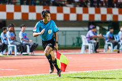 SISAKET ТАИЛАНД 29-ОЕ ОКТЯБРЯ: Судья на линии в действии во время тайской премьер-лиги Стоковые Фото