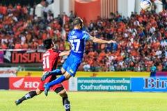 SISAKET TAILÂNDIA 12 DE AGOSTO: Thiago Cunha de Chonburi FC i (azul) Fotografia de Stock Royalty Free