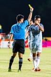 SISAKET TAILÂNDIA 6 DE JULHO: A mostra (azul) do árbitro o cartão amarelo Imagens de Stock Royalty Free