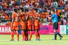 SISAKET TAILÂNDIA 28 DE MAIO: O árbitro do futebol (azul) Imagens de Stock