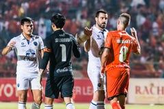 SISAKET TAILÂNDIA 15 DE OUTUBRO: Jogadores de Sisaket FC e use até esgotar de Buriram Foto de Stock Royalty Free