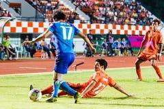SISAKET TAILANDIA 21 DE JUNIO: Gorka Unda de Sisaket FC (naranja) Fotos de archivo