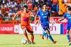 SISAKET TAILANDIA 21 DE JUNIO: Gorka Unda de Sisaket FC (naranja) Imágenes de archivo libres de regalías