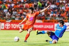 SISAKET TAILANDIA 21 DE JUNIO: Gorka Unda de Sisaket FC (naranja) Foto de archivo libre de regalías