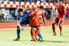 SISAKET TAILANDIA 21 DE JUNIO: Piyawit Janput de Singhtarua FC (Azul) Fotos de archivo