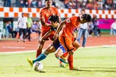 SISAKET TAILANDIA 21 DE JUNIO: Piyawit Janput de Singhtarua FC (Azul) Foto de archivo