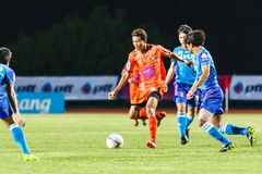 SISAKET TAILANDIA 21 DE JUNIO: Santirat Viang-en (naranja) de Sisaket FC Imágenes de archivo libres de regalías