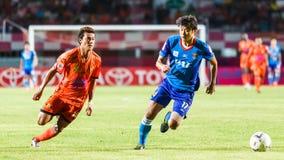 SISAKET TAILANDIA 21 DE JUNIO: Santirat Viang-en (naranja) de Sisaket FC Imagen de archivo libre de regalías