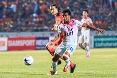 SISAKET TAILANDIA 7 DE MARZO: Guy Hubert de Saraburi FC (blanco) en a Fotos de archivo