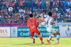 SISAKET TAILANDIA 7 DE MARZO: Guy Hubert de Saraburi FC (blanco) en a Imagen de archivo libre de regalías