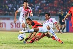 SISAKET TAILANDIA 7 DE MARZO: Guy Hubert de Saraburi FC (blanco) en a Imágenes de archivo libres de regalías