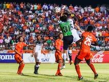 SISAKET TAILANDIA 28 DE MAYO: Lucas Daniel de Sisaket FC (verde) Fotografía de archivo libre de regalías