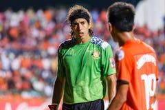 SISAKET TAILANDIA 28 DE MAYO: Lucas Daniel de Sisaket FC (verde) Imagen de archivo libre de regalías