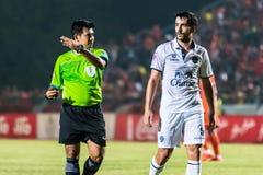 SISAKET TAILANDIA 15 DE OCTUBRE: El árbitro (verde) Fotografía de archivo