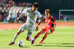 SISAKET THAILAND-APRIL 4: Lee Ho of Port FC (white) in action du Stock Photos