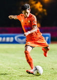 SISAKET THAILAND-AUGUST 3: Alongkorn Pratoomwong av Sisaket FC Royaltyfria Bilder