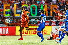SISAKET THAILAND 13. AUGUST: David Bala von Sisaket FC (Orange) Lizenzfreie Stockbilder