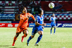 SISAKET THAILAND 13. AUGUST: David Bala von Sisaket FC (Orange) Stockbilder