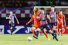 SISAKET THAILAND-AUGUST 3: Nuttawut Khamrin av Sisaket FC (apelsin) Arkivfoto