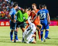 SISAKET THAILAND-AUGUST 13: The referee (green) Royalty Free Stock Photos
