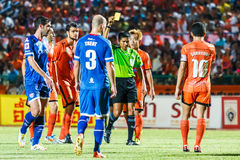 SISAKET THAILAND-AUGUST 13: The referee (green). Show a yellow card during Thai Premier League between Sisaket FC and PTT Rayong FC at Sri Nakhon Lamduan stock images