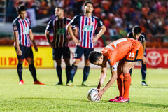 SISAKET THAILAND-AUGUST 3: Sarayuth Chaikamdee av Sisaket FC Royaltyfri Fotografi
