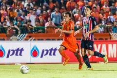 SISAKET THAILAND-AUGUST 3: Tatree Seeha av Sisaket FC (apelsin) Arkivfoton