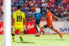 SISAKET THAILAND-AUGUST 3: Tatree Seeha av Sisaket FC (apelsin) Royaltyfria Bilder