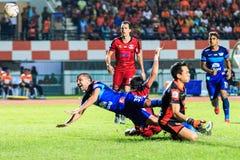 SISAKET THAILAND 12. AUGUST: Thiago Cunha von Chonburi FC (blaues) i Stockbild