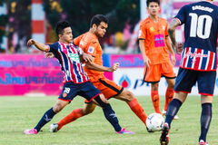 SISAKET THAILAND 3. AUGUST: Victor Amaro von Sisaket FC (Orange) Lizenzfreie Stockbilder