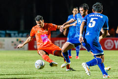 SISAKET THAILAND 13. AUGUST: Victor Amaro von Sisaket FC (Orange) Stockfotos