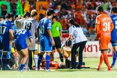 SISAKET 13 THAILAND-AUGUSTUS: Eerste hulpteam van Sisaket FC (wit) Stock Afbeeldingen