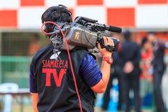 SISAKET 18 THAILAND-FEBRUARI: Cameraman tijdens Thaise Eerste Leag Stock Fotografie