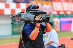 SISAKET 18 THAILAND-FEBRUARI: Cameraman tijdens Thaise Eerste Leag Royalty-vrije Stock Afbeeldingen