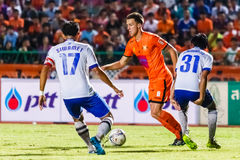 SISAKET THAILAND 23. JULI: Brent McGrath von Sisaket FC (Orange) Lizenzfreie Stockfotos