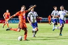 SISAKET THAILAND 23. JULI: Brent McGrath von Sisaket FC (Orange) Stockfotografie