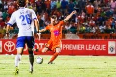 SISAKET THAILAND 23. JULI: Brent McGrath von Sisaket FC (Orange) Stockbilder