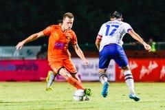 SISAKET THAILAND 23. JULI: Brent McGrath von Sisaket FC (Orange) Lizenzfreies Stockfoto