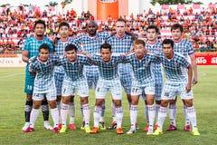 SISAKET 6 THAILAND-JULI: Spelers van Chainat Hornbill FC stock fotografie