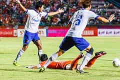 SISAKET 23 THAILAND-JULI: Spelers van Songkhla Utd (wit) royalty-vrije stock fotografie