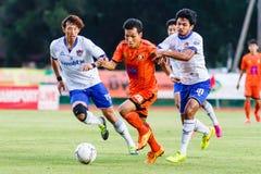 SISAKET THAILAND 23. JULI: Tatree Seeha von Sisaket FC (Orange) Lizenzfreie Stockbilder
