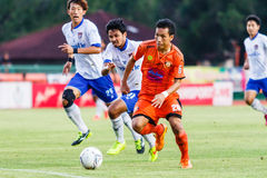 SISAKET THAILAND 23. JULI: Tatree Seeha von Sisaket FC (Orange) Stockbild