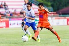 SISAKET THAILAND 23. JULI: Tatree Seeha von Sisaket FC (Orange) Stockfotografie