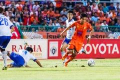 SISAKET THAILAND 23. JULI: Tatree Seeha von Sisaket FC (Orange) Lizenzfreies Stockbild